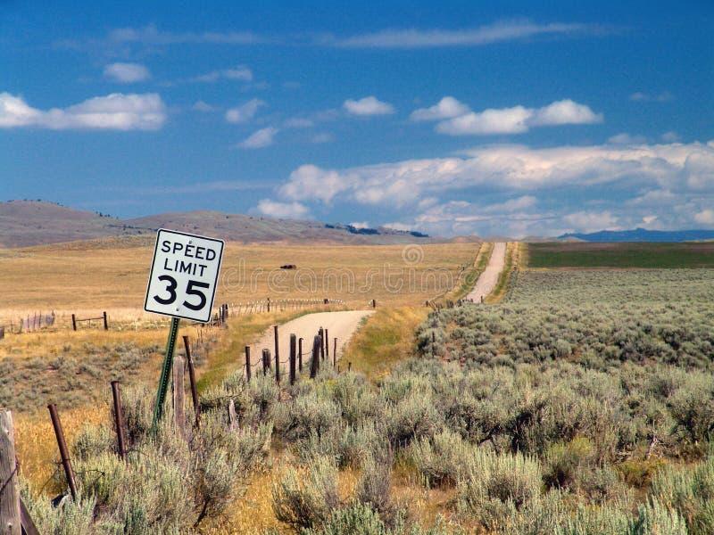 A estrada em nenhuma parte, Montana. foto de stock