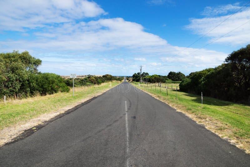 Estrada em Phillip Island que conduz à costa, Phillip Island, Victoria, Austrália imagens de stock royalty free