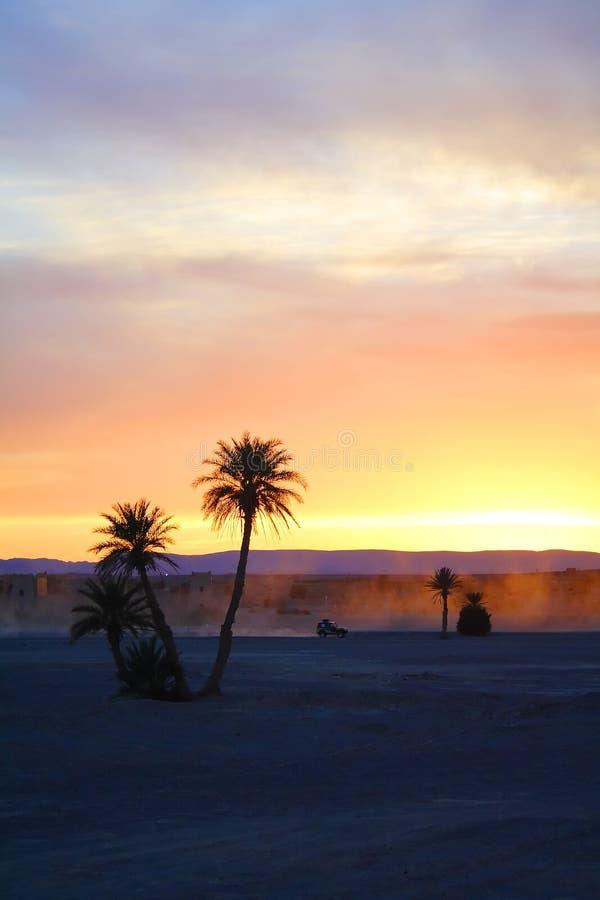 Estrada empoeirada no deserto de Sahara fotografia de stock royalty free