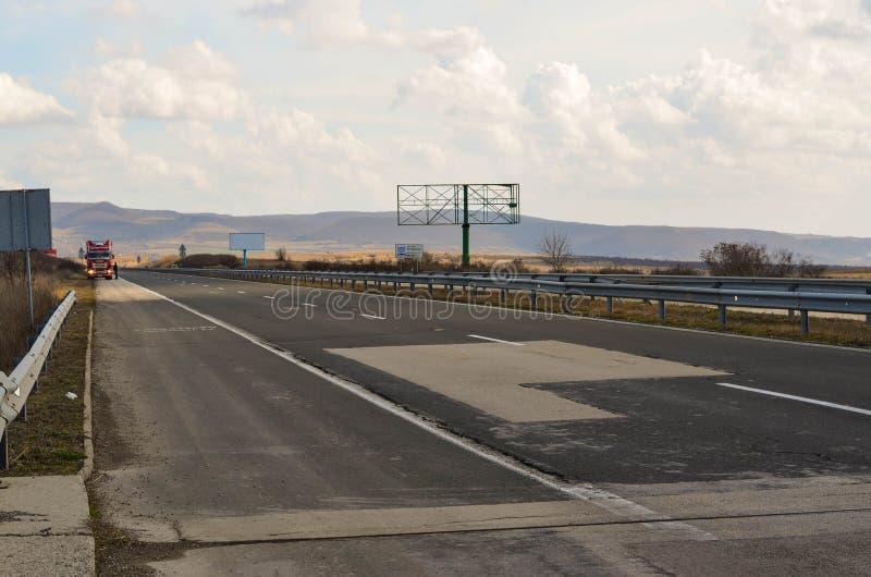 Estrada ensolarada com caminhão foto de stock