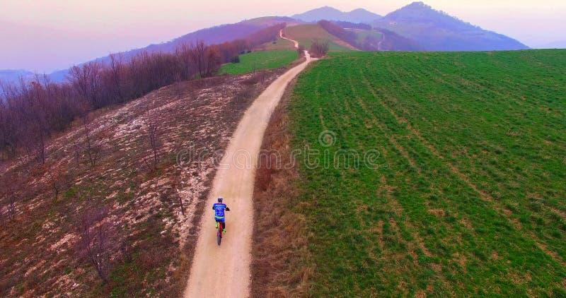 Estrada entre os montes italianos Rotas do ideal para ciclistas imagens de stock