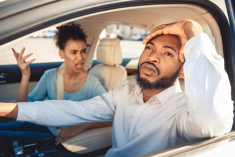 Estrada faltada Pares do Afro que discutem durante sua viagem imagem de stock