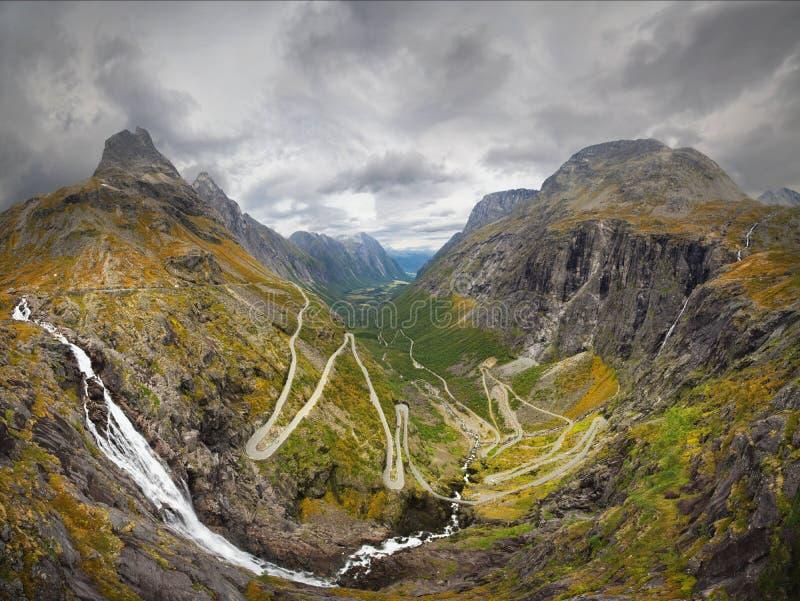 Estrada famosa de Trollstiegen em Noruega média Tiro panorâmico, horas de verão atrasadas imagens de stock