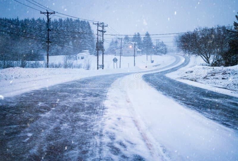 Estrada fechado devido ao mau tempo e à visibilidade durante o inverno imagens de stock royalty free