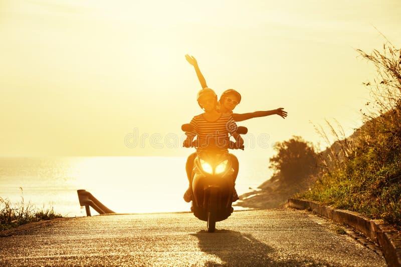 Estrada feliz do mar da motocicleta do curso dos pares foto de stock