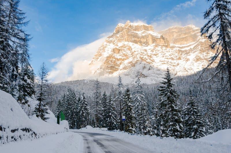 Estrada gelada em uma paisagem nevado da montanha no inverno fotos de stock