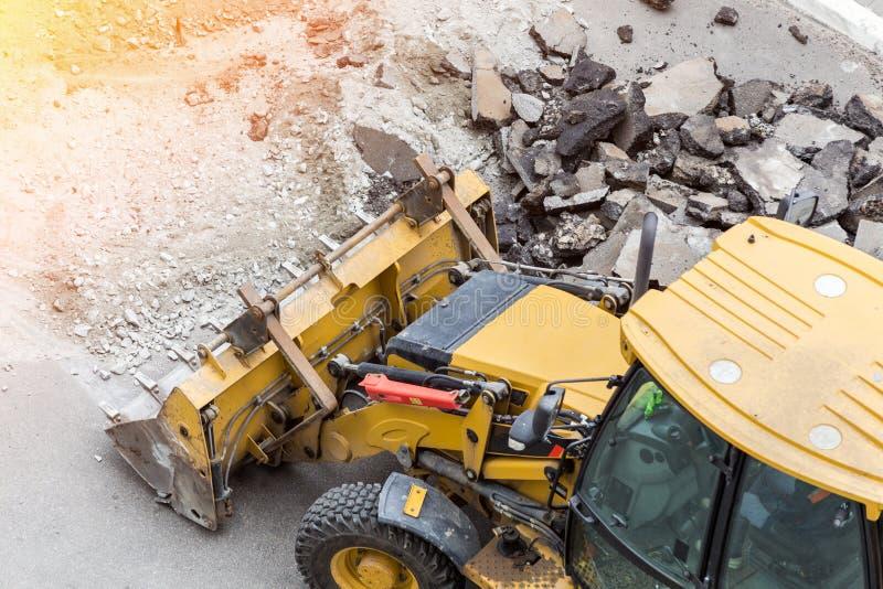 Estrada grande da perfuração da broca do jackhammer Maquinaria pesada que esmaga o asfalto para o reparo do dreno da água da chuv imagens de stock