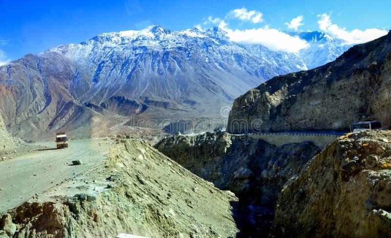 A estrada grande do karakorum e as montanhas nevado imagens de stock