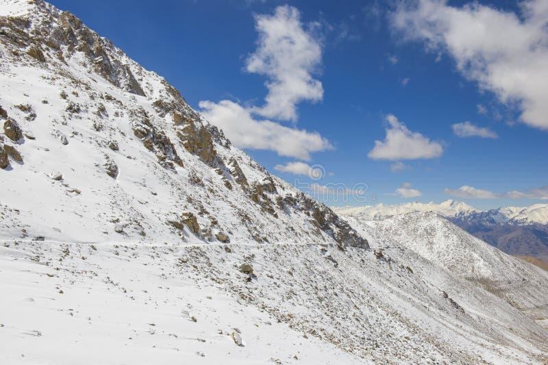 Estrada High-altitude nos Himalayas fotografia de stock