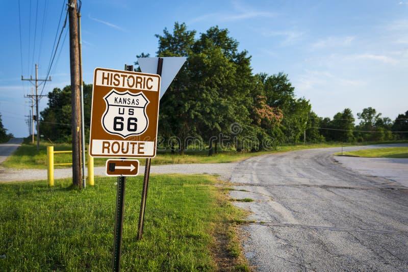 A estrada histórica de Route 66 assina dentro um estiramento da estrada original no estado de Kansas, EUA fotografia de stock royalty free