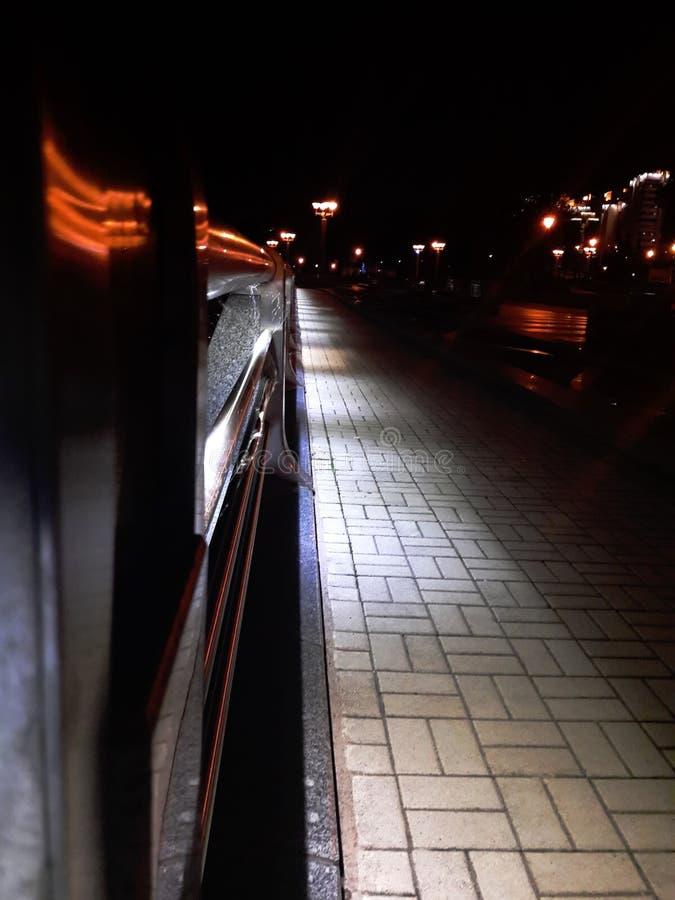 Estrada iluminada, cidade da noite Uma tira estreita da luz das lanternas foto de stock royalty free