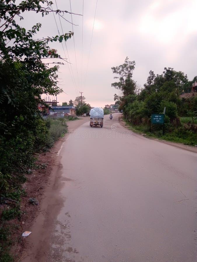 Estrada indiana e ir ao jipe carregado na estrada foto de stock