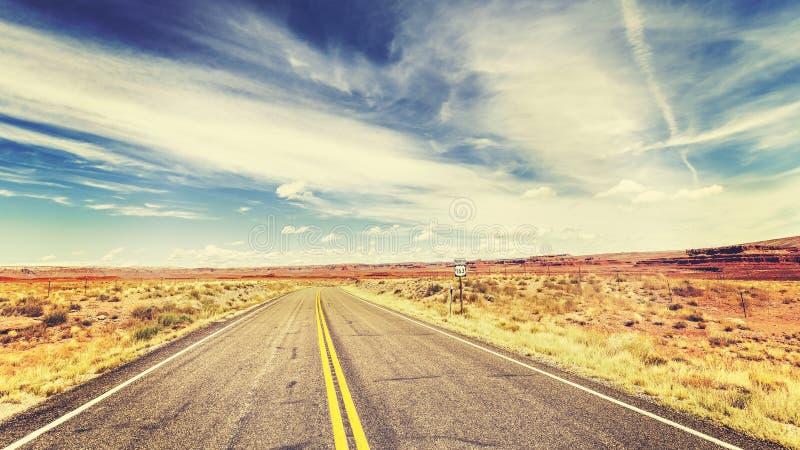 Estrada infinita do país do estilo velho retro do filme do vintage fotografia de stock
