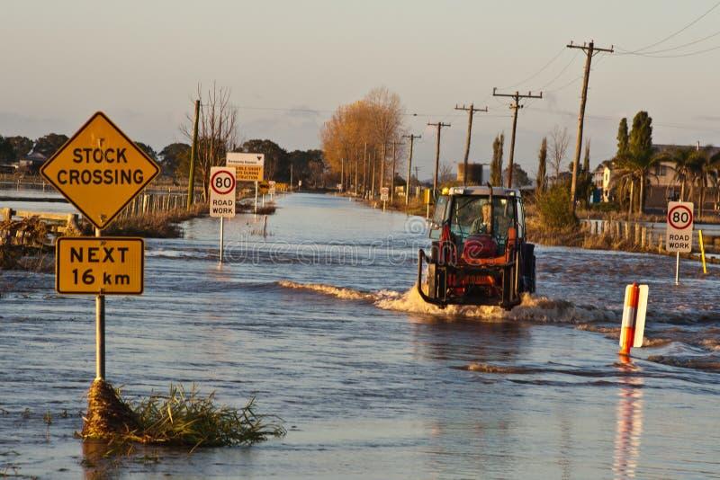 Estrada inundada cruzamento do trator foto de stock