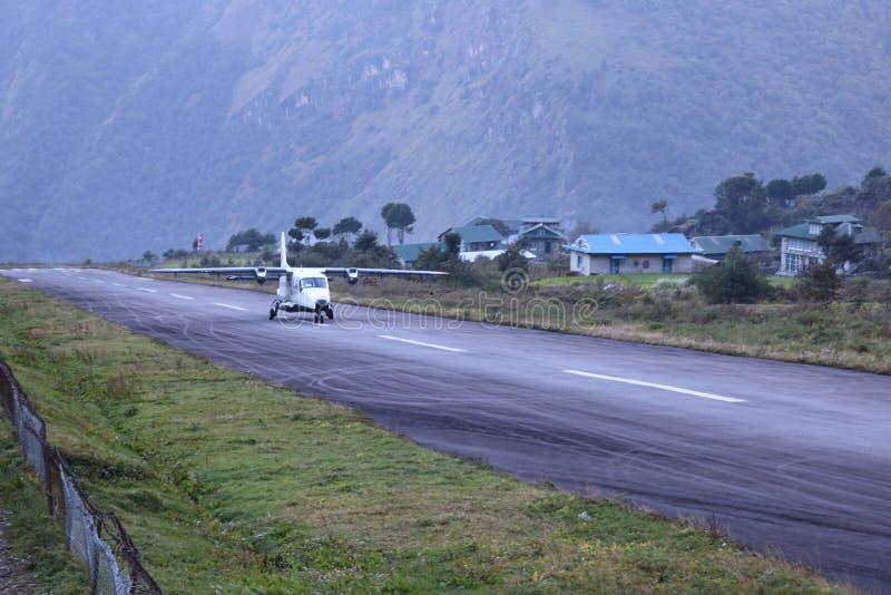 A estrada livre do tráfico aéreo do controlado-acesso de Nepal da maneira é um tipo de estrada fotos de stock royalty free