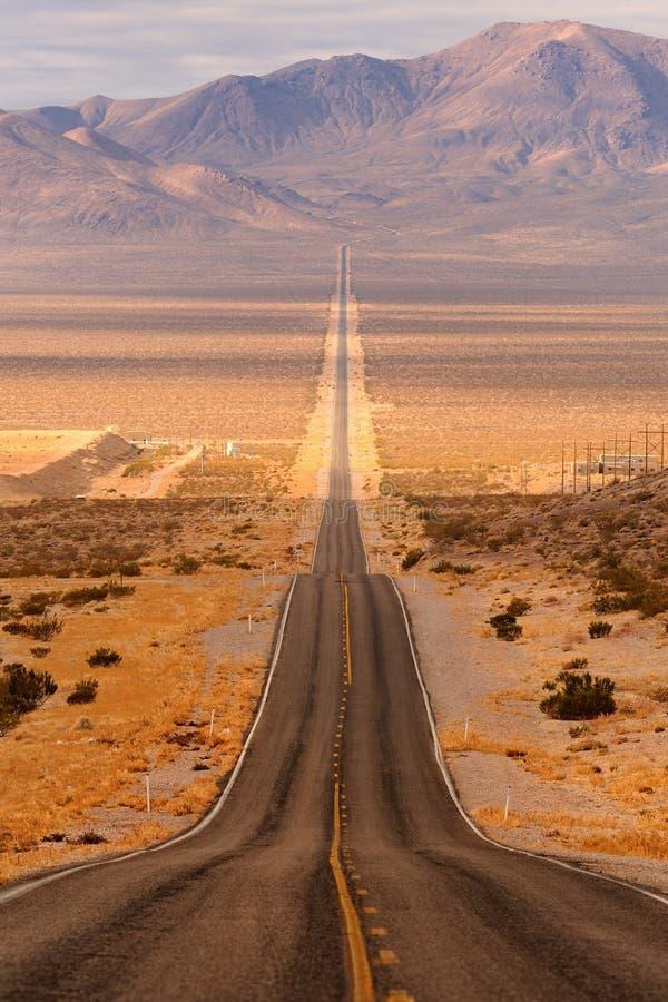 Estrada longa do deserto imagens de stock