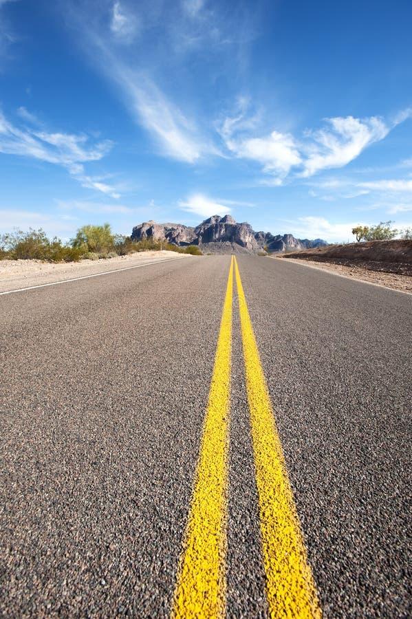 Estrada longa do deserto imagens de stock royalty free