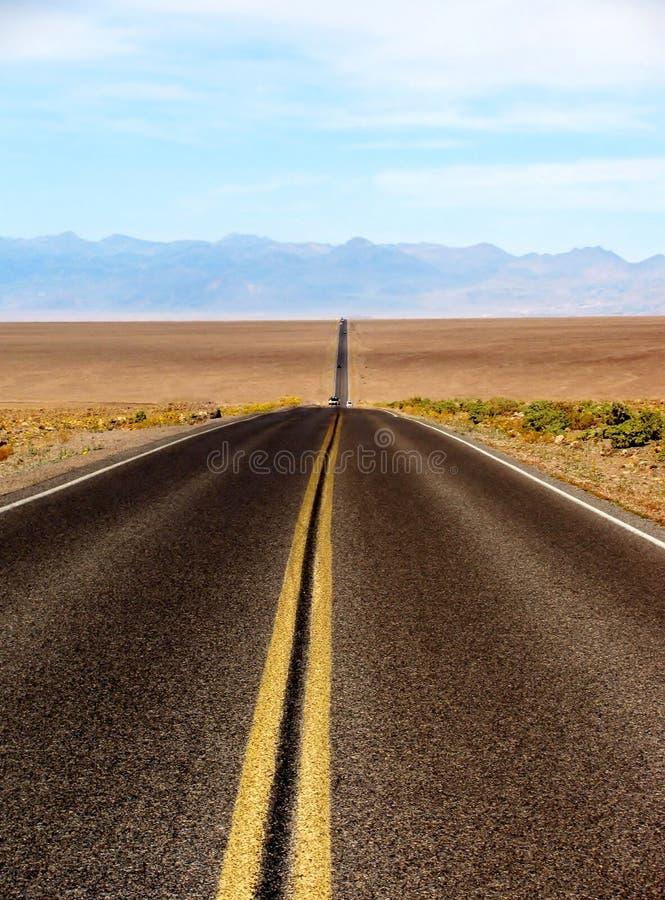 Estrada longa do deserto que conduz no parque nacional de Vale da Morte, EUA fotos de stock royalty free