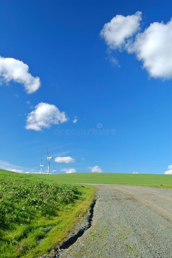 Estrada, moinhos de vento, e campo fotos de stock