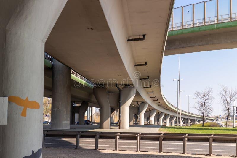 Estrada multinível da junção Vista do nível mais baixo imagens de stock