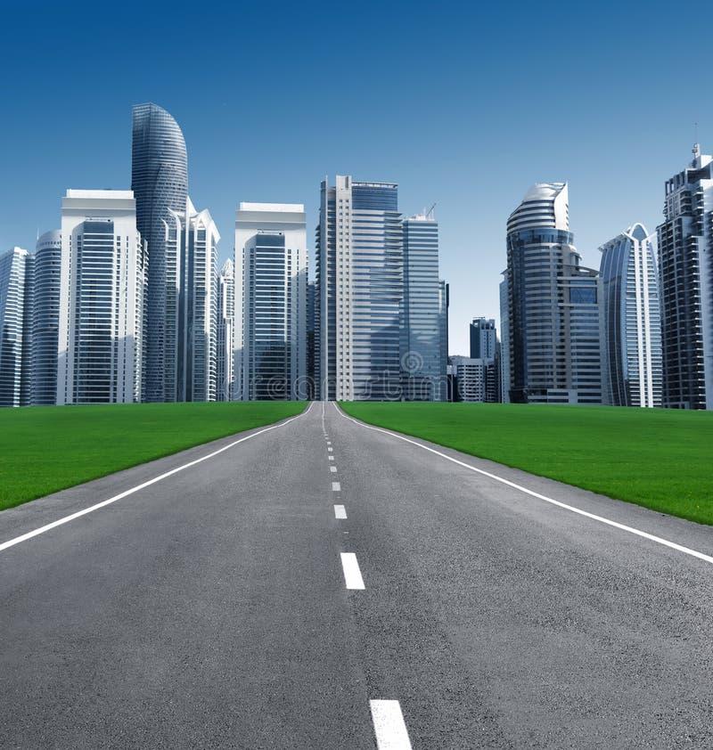 Estrada na cidade dos arranha-céus imagem de stock