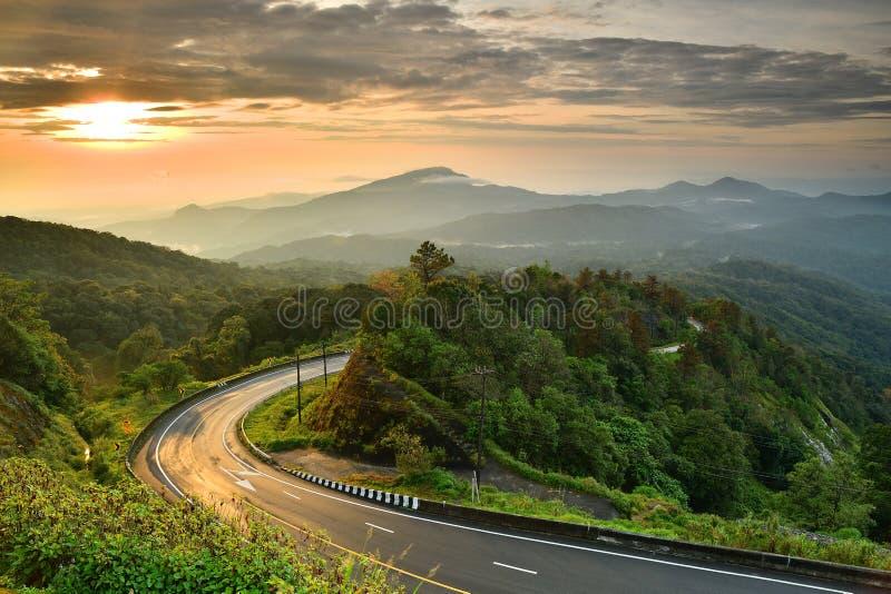 Estrada na montanha de Tailândia imagens de stock royalty free