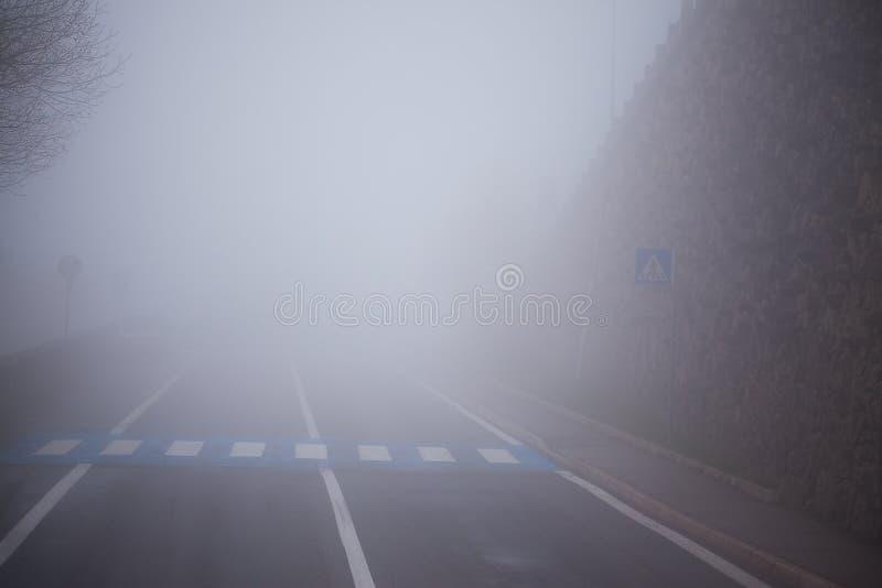 Estrada na névoa imagens de stock royalty free