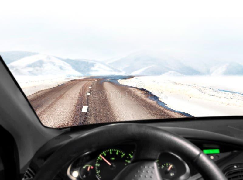 Estrada na paisagem da montanha do inverno fotos de stock