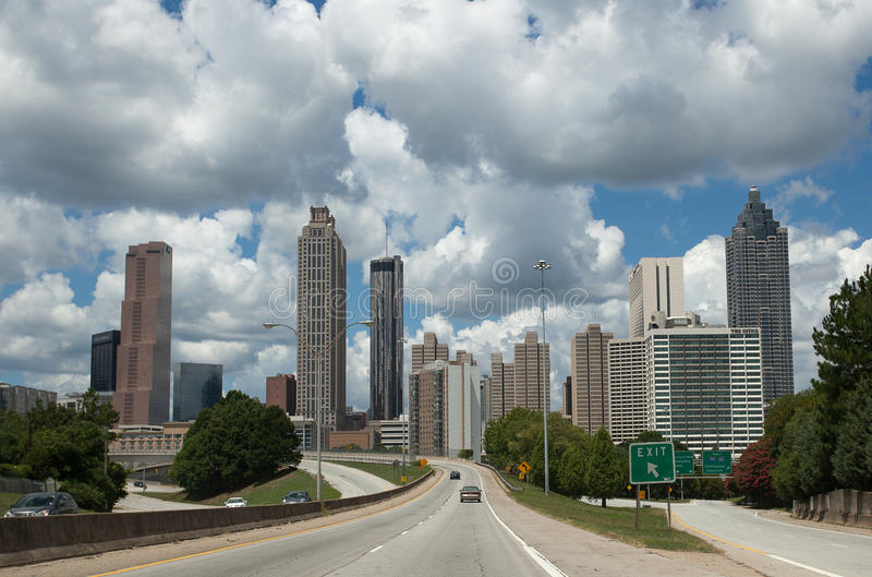 Estrada na skyline do centro em Atlanta, Geórgia, EUA fotos de stock royalty free
