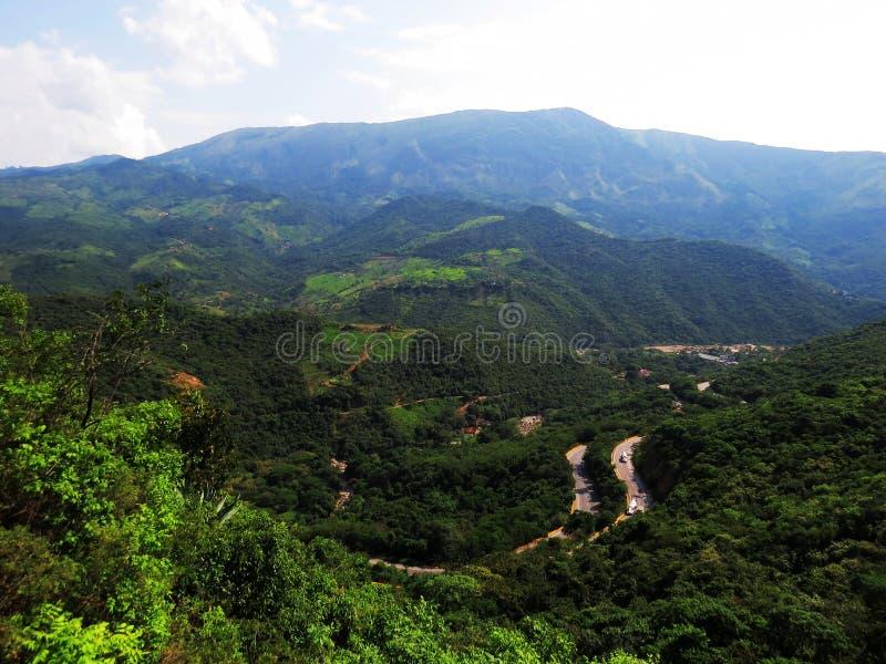 Estrada nas montanhas fotografia de stock royalty free