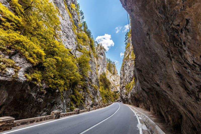 Estrada nas montanhas Garganta de Bicaz no outono Curva potencialmente perigoso do gancho de cabelo em uma estrada da montanha A  fotos de stock royalty free