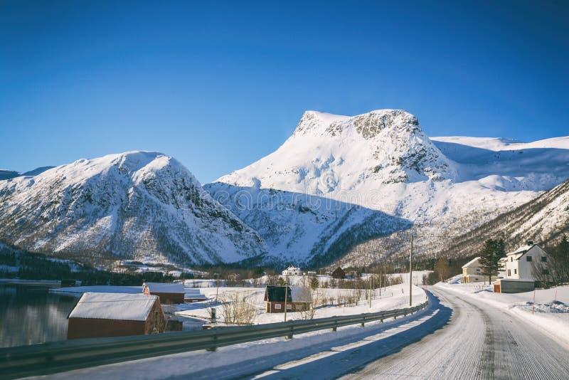 Estrada nas montanhas norueguesas fotografia de stock