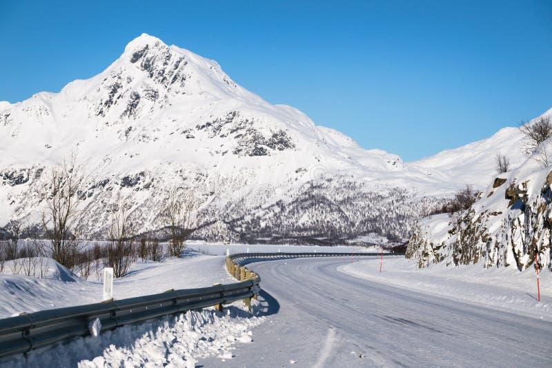 Estrada nas montanhas norueguesas imagem de stock royalty free