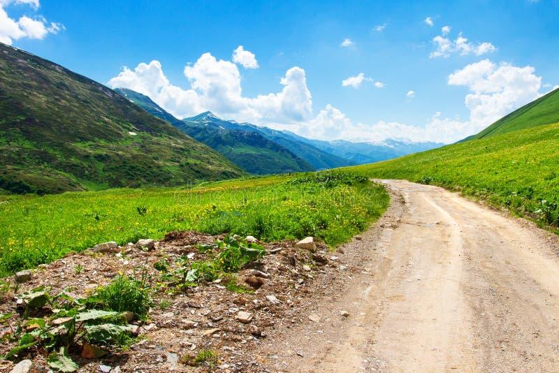 Estrada nas montanhas Paisagem cénico da montanha imagem de stock royalty free
