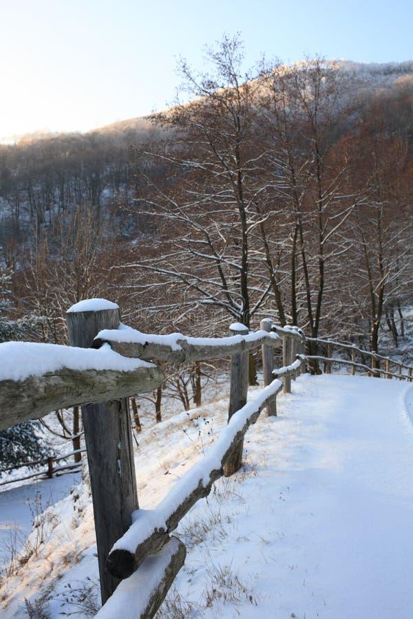 Estrada nevado da montanha; fotos de stock