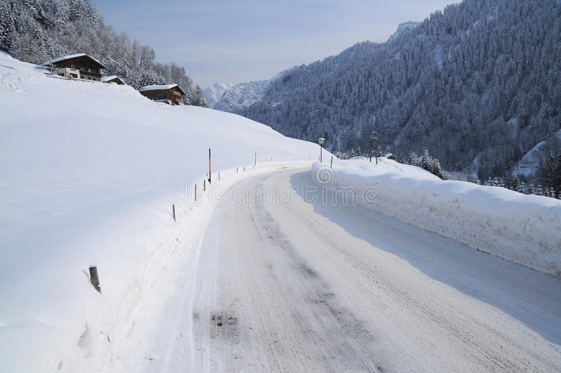 Estrada nevado da montanha em uma paisagem alpina do cenário foto de stock