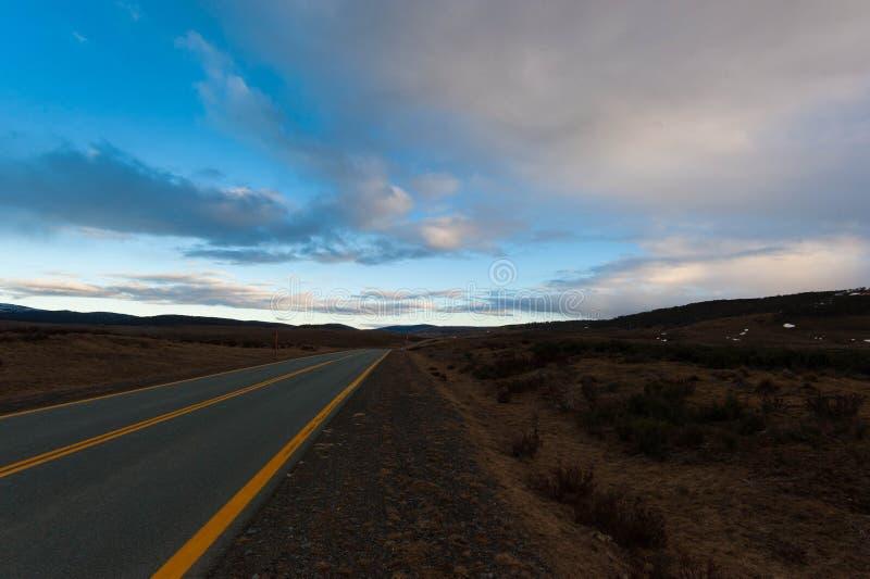 Estrada nevado das montanhas fotos de stock