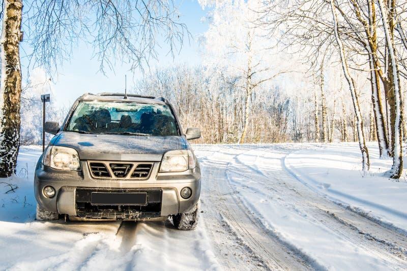 Estrada nevado e carro do suv foto de stock royalty free