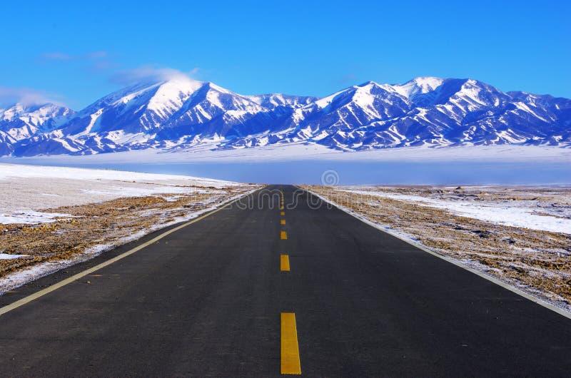 Estrada a nevar montanha fotografia de stock royalty free