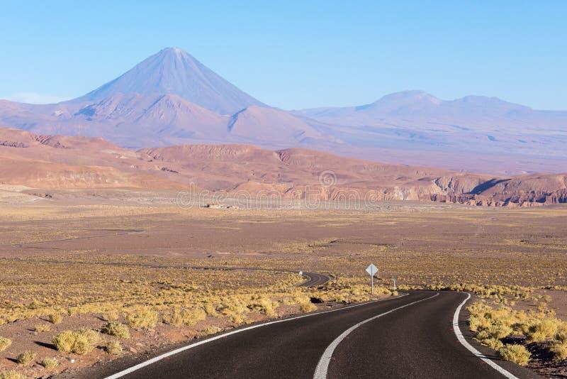 Estrada no deserto de Atacama, o Chile imagens de stock