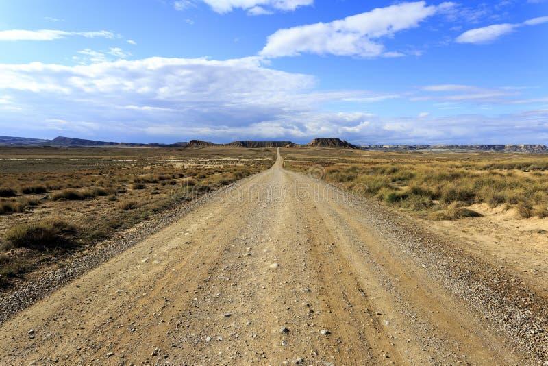 Estrada no deserto de Bardenas Reales na Espanha foto de stock royalty free