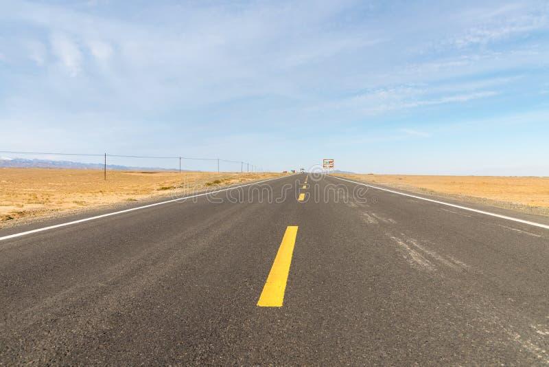 Estrada no deserto de Gobi imagem de stock royalty free
