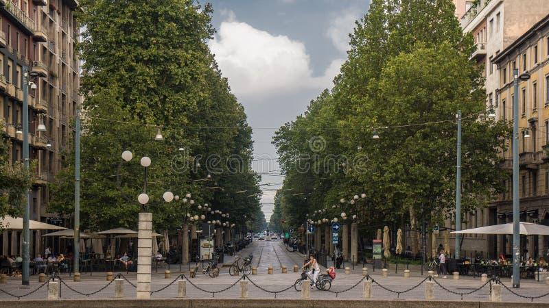 Estrada no distrito Milão do brera com as árvores em lados imagem de stock