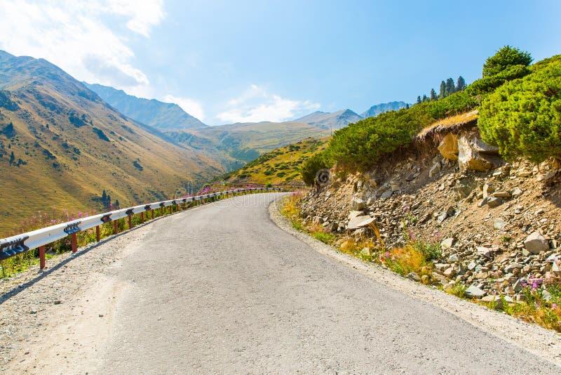 Estrada no lago grande Almaty, em montanhas verdes da natureza e no céu azul em Almaty, Cazaquistão imagens de stock