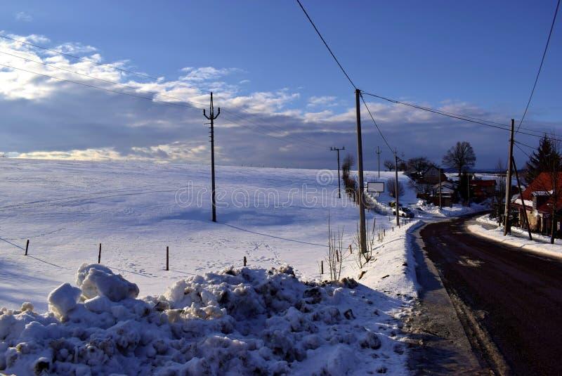 Estrada no lugar idílico do inverno fotos de stock
