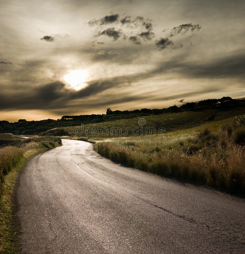 Estrada no meio da área rural fotos de stock royalty free