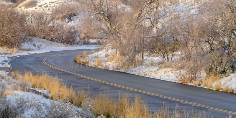 Estrada no monte nevado ensolarado em Salt Lake City imagem de stock royalty free