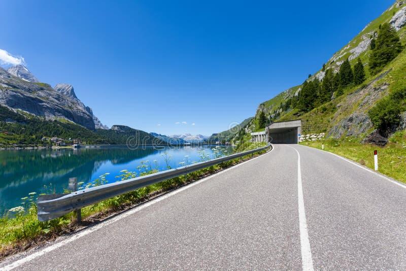 A estrada no pé da montagem Marmolada - Itália. imagem de stock