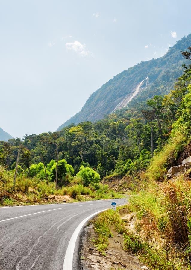 A estrada no platô de Langbian à cidade Dalat do Lat da Dinamarca em Vietn fotografia de stock