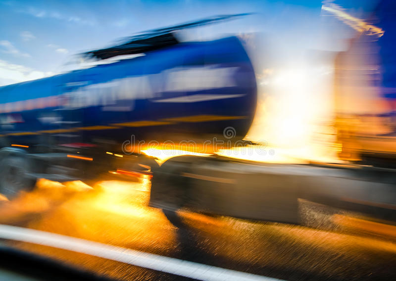 Estrada no por do sol Carro do caminhão no borrão de movimento imagem de stock